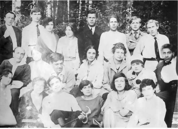 """Актеры """"Театра студийгых постановок"""".  В среднем ряду третий слева - руководитель театра И. Г. Калабухов, справа от него - Э. Л. Шиловская."""